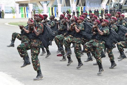 Makomandoo wakipita katika Jukwaa kubwa la Uwanja wa Uhuru Jijini Dar es Salaam