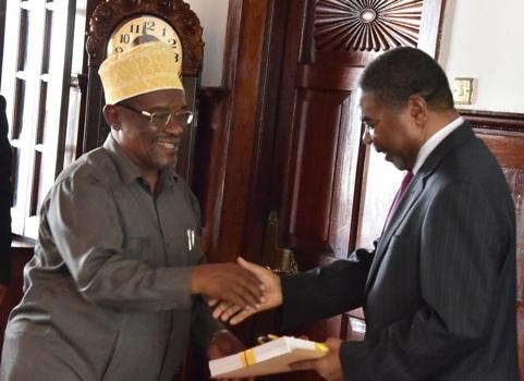 Dk.Shein akipokea Ripoti ya Tume ya Uchaguzi Zanzibar ya mwaka 2015 kutoka kwa Mwenyekiti wa Tume