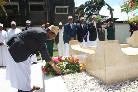 Dk.Shein aweka Shada la mauwa katika kaburi la Muasisi wa Mapinduzi ya Zanzibar Mzee Abeid A.Karume