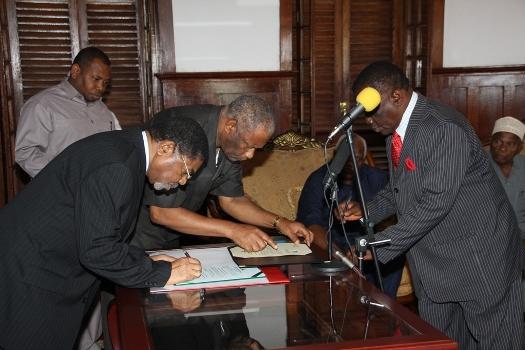 Rais wa Zanzibar na  MBLM Dk.Ali Mohamed Shein,amemuapisha Mkuu wa Wilaya ya Kati Unguja