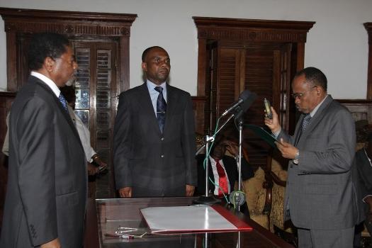 Rais wa Zanzibar na Mwenyekiti wa Baraza la Mapinduzi Mhe.Dk. Ali Mohamed Shein akimuapisha