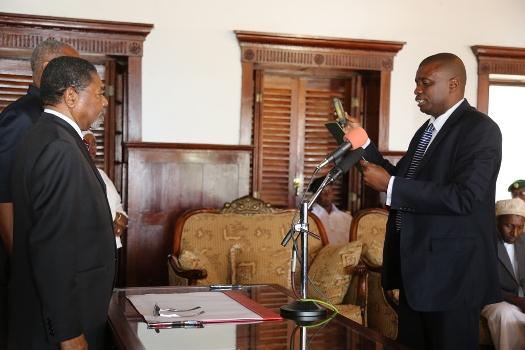 Dk.Shein amewaapisha Wakuu wa Wilaya,Mwenyekiti na Wajumbe wa Kamisheniya Utumishi wa Umma.